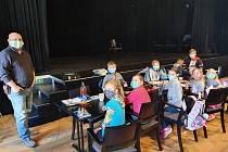 Pracovníkům Divadla Za komínem se významnou měrou daří ulevit rodičům deseti dětí od každodenních vzdělávacích povinností.