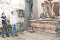 Stavebním ruchem ožijí i vnitřní prostory kostela sv. Martina a Tobiáše v Dobešově. Na snímku jsou starosta Černovic Jan Brožek (vpravo) a František Průša.