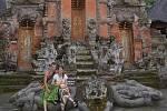 Ve volném čase studenti poznávají Bali. Tamní lidé jsou podle nich hluboce  věřící, dokazuje to i množství chrámů. Na snímku jsou u opičího chrámu.