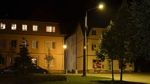 Takto je nyní osvětlena část návsi v Senožatech.