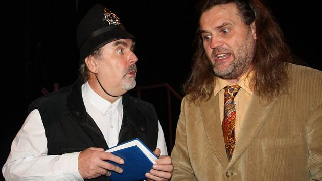 Nácvik konverzace v podání Vladimíra Brože (vlevo) a Luboše Rafaje, který hraje hlavní postavu.