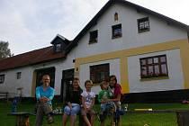 Tomáš Křišťan provozuje na farmě v Milotičkách i agroturistiku. Na snímku rodiny, které této nabídky využily.