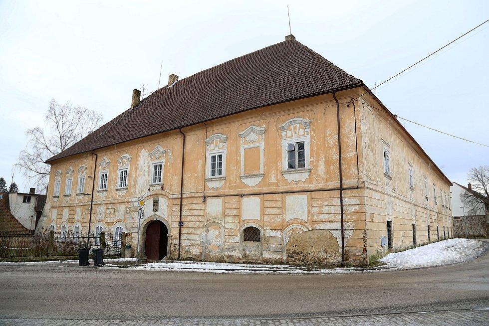 Nový Rychnov. Zámek s městskými byty, ve kterém sídlí tamní knihovna.
