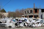Areál bývalé cihelny ve Stojčíně je plný odpadu