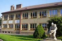Hlavní budova Základní školy Za Branou bude takřka k nepoznání. Zásah dělníků je už více než nutný.