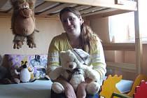Své tři nezletilé dcery, které jsou v současné době v dětském domově, si může Zlata Ryšavá brát domů maximálně dvakrát do týdne. V pacovském bytě mají dívky svůj pokoj plný hraček a dětských knížek.