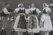 1984 – Podroháčské folklorní slavnosti. Soubor Stražišťan se v roce 1984 zúčastnil IX. Podroháčských folklorních slavností. Na fotografii je (zleva) František Zajíc, Růžena Kučerová, Alena Tenklová a Eliška Dolejšová.