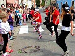 Žáci kamdance Na Den dětí roztančili kamenické ulice.