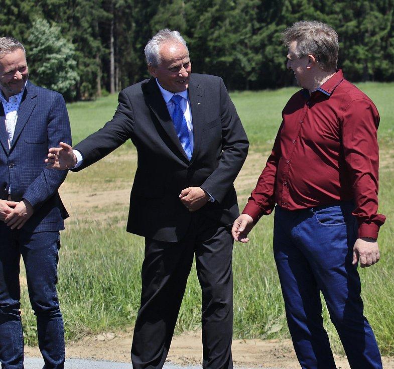 Náměstek hejtmana Kraje Vysočina pro oblast ekonomiky, dopravy a silničního hospodářství Miroslav Houška a starosta Salačovy Lhoty Martin Malina.