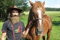 Ladislav Váňa pečuje o řadu týraných či nemocných zvířat. Největší odměnou mu je, pokud se jeho nejmilejším vrátí chuť do života. Třeba jako koníkovi Matýskovi.