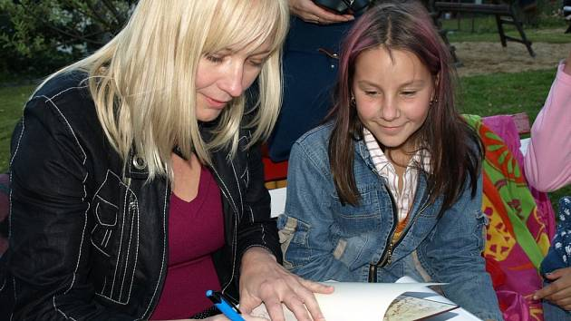 Pro čtenáře z kamenické a novovčelnické knihovny je spisovatelka Alena Ježková dobrou přítelkyní.