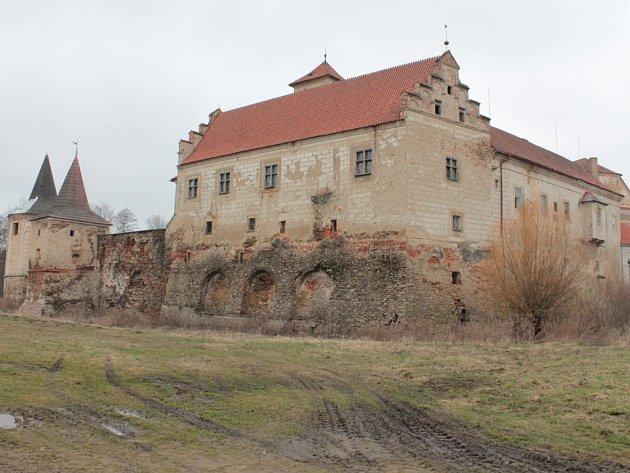 Pohled na červenořečický zámek potvrzuje, že se s opravami na některých objektech už začalo.