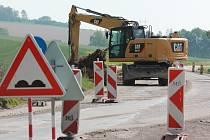 Semafory, čekání, kyvadlová doprava i stavební technika v akci. Tak to v současnosti vypadá na silnici spojující Pelhřimov s Jihlavou u Olešné.