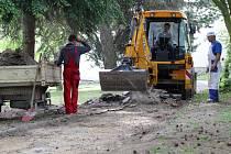 V pelhřimovské Děkanské zahradě dělníci začali s opravami chodníků.