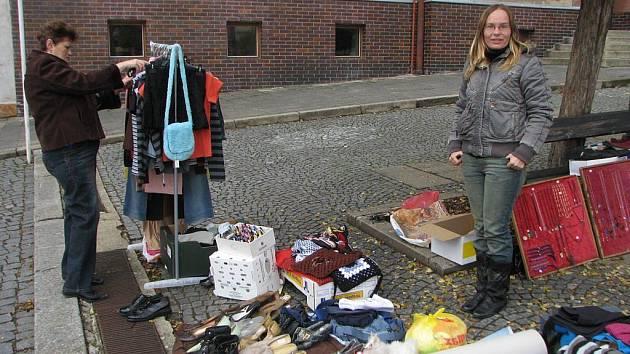 Sobotní dopoledne na pacovském náměstí patřilo i blešímu trhu.