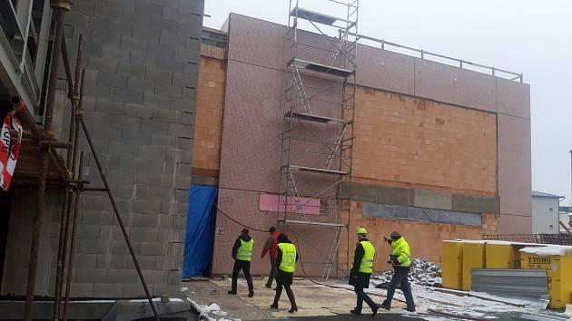 Slavnostní otevření polyfunkčního komunitního centra v Humpolci, kde právě pracují dělníci, je naplánované na konec října.