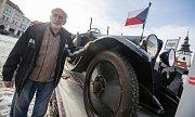 Emil Příhoda se se svojí sbírkou čítající 100 automobilů značky Praga zapsal do České databanky rekordů.
