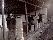 Trénink střelby vestoje v dubnu 1979. Zleva Jaroslav Nebesař, Karel Jaroš a Zdeněk Duffek. Střelnice byla sice dostavěná, ale chyběly stojany na dalekohledy, a tak zpočátku střelci používali tvárnice.