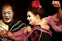 Čínský tenorista WeiLong Tao v roli Cania s představitelkou  Neddy, kterou v závěru představení zavraždí.