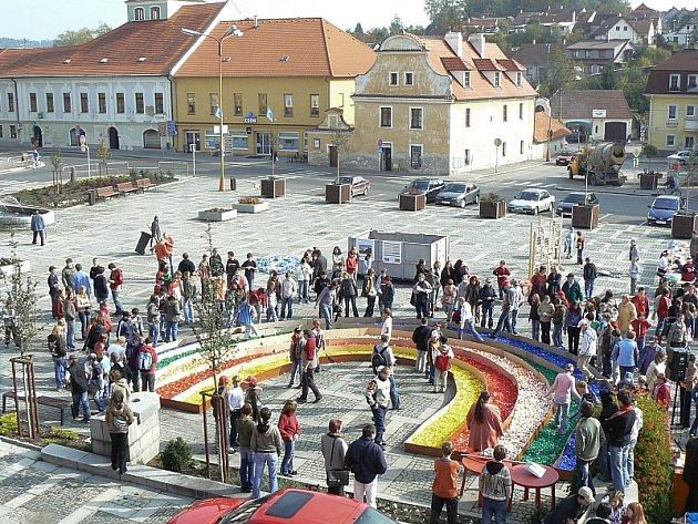 Milevské náměstí s téměř dokončenou duhou