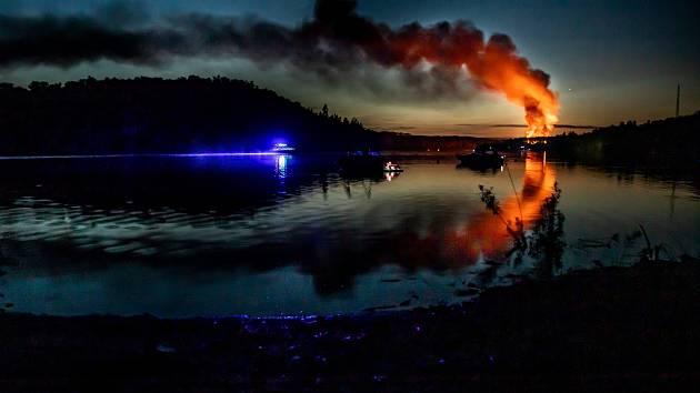 Na úterním požáru na Radavě zasahovali i záchranáři z Vodní záchranné službu ČČK Orlík.