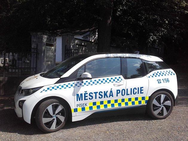 Městští strážníci testují elektromobil.