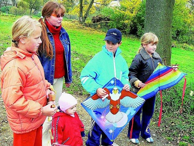 Své draky si vyzkoušeli rovněž  Kamila (vlevo), Magdalena (vpravo) a Barbora (nejmladší dole) Luskovy s maminkou Simonou společně s Tomášem Pěchotou.