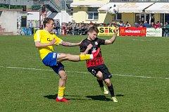 Záložník FC Písek Václav Milec (ve žlutém) v souboji s dobrovickým Tomášem Osvaldem.