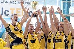 Písečtí basketbalisté U17 slaví mistrovský titul.
