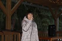 Koncert nevidomé Nikoly Peškové ve Velkém Víru u Orlické přehrady.