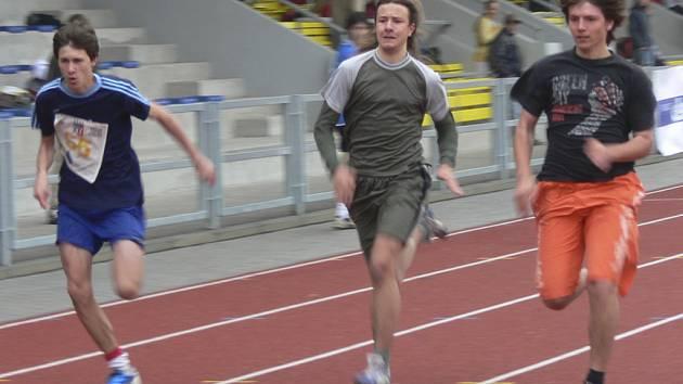 V současné době se atletické závody u nás konají v hale, ale všichni už se těší, až budou moci opět sportovat venku.