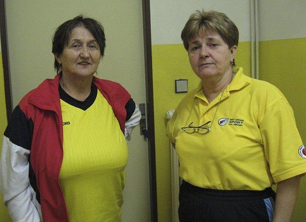 Na snímku je Helena Dušková (vlevo) spolu s krajskou sekretářkou ČASPV Alenou Peerovou při krajské soutěži ve florbale v Kaplici.