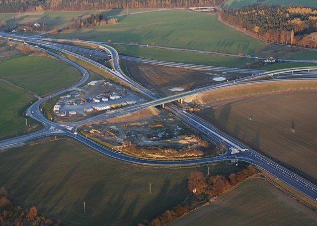 Na největší a nejdražší křižovatce jižních Čech se řidiči potýkají s nedostatečným dopravním značením.