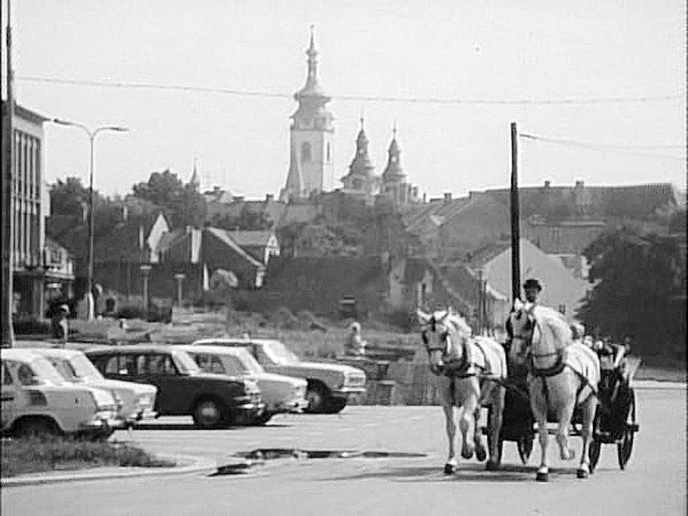 SPŘEŽENÍ. Koně vezli hlavní hrdiny po nábřeží 1. máje. Tehdy tam ještě nestála budova úřadu práce.