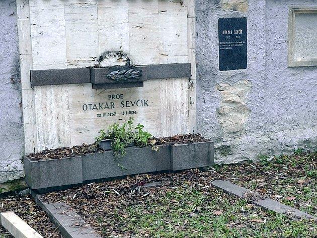 Hrob Otakara Ševčíka na Svatotrojickém hřbitově v Písku není příliš upravený a nyní ještě z náhrobní desky zmizela asi 40 cm vysoká busta.