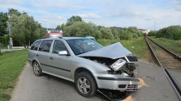 Střet osobního vozu s vlakem skončil pro řidiče naštěstí bez vážnějších zranění.