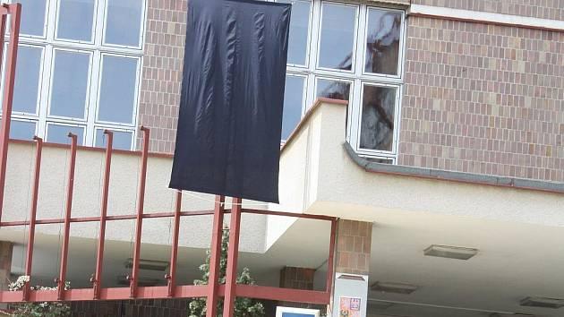 SMUTEK. Černý prapor vlaje na budově písecké policie.