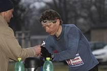 Na snímku je Zdeněk Vosátka na trati závodu MČR v běhu na 100 km v občerstvovací stanici s odborným doprovodem, který mu dělal výborný písecký běžec Jiří Jansa.