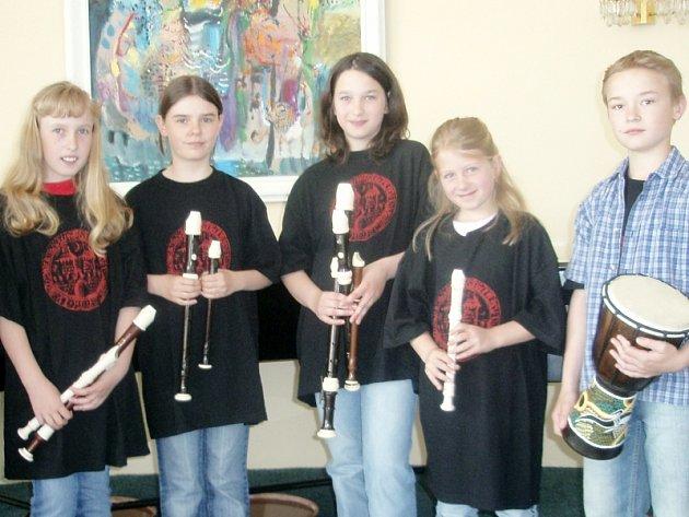 Zleva: Romana Habartová, Radka Koubková, Tereza Pintýřová, Klára Charvátová, Sára Smolová - flétny, rytmický doprovod Lukáš Přib.