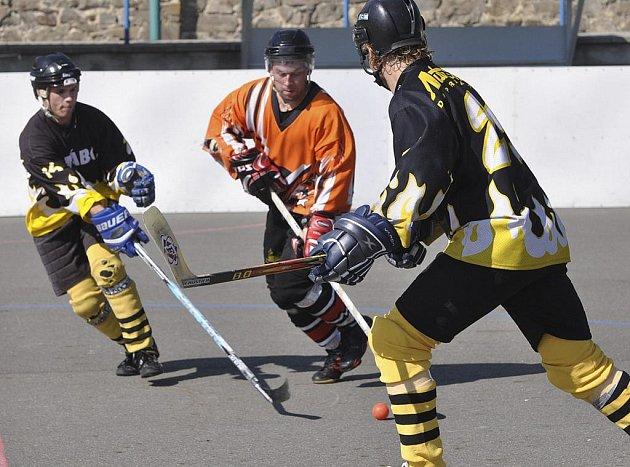 Domácí hráč Marek Kabele (na snímku uprostřed) vstřelil v zápase oblastní hokejbalové ligy Písek - Tábor dva góly a přispěl tak k výhře svého týmu v poměru 6:4.