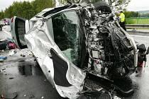 Střet dvou osobních auta na hlavním tahu z Protivína na Písek si vyžádal lidský život. Dva lidé utrpěli zranění.