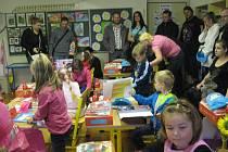 Nový školní rok 2014-15 začal i v Chyškách na Čertově hrbatině. Prvňáčky přivítala ředitelka školy Jana Korandová, místní starosta Miroslav Maksa a samozřejmě také jejich třídní učitelka Květa Průšová.