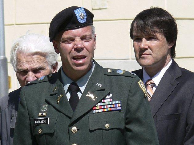 Podplukovník David Barsness, za ním vpravo starosta Miroslav Sládek