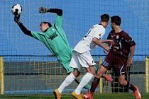 PORAZILI POSLEDNÍ CELEK TABULKY. Starší dorostenci FC Písek U19 porazili na domácím hřišti Varnsdorf 1:0. Jedinou branku utkání vstřelil za záda Zbyňka Ticháčka písecký Tomáš Musil (na snímku v bílém).