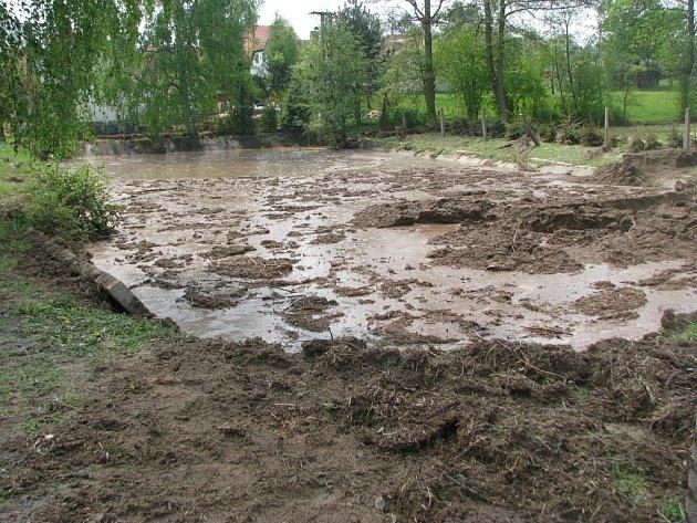 V obci Vlastec spláchl déšť ornici z pole.