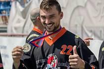 Hokejový brankář Jakub Kovář si odskočí na fotbalový trávník.
