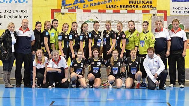 Házenkářky Sokola Písek zvítězily v posledním letošním zápase interligy žen nad Sencem 44:19 a v tabulce soutěže jsou již na sedmém místě.