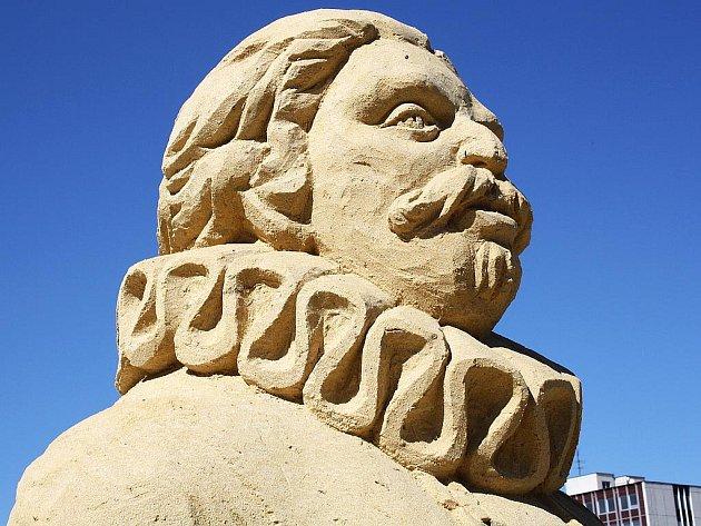 Všechny pískové sochy Rožmberků kromě žáby jsou v dobrém stavu. Fotografie byly pořízeny 29. června.