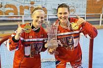 TRIUMF. Tereza Němcová z Milevska (vpravo) se stala mistryní světa v inline hokeji. Na snímku je společně s Martinou Vonkovou z Třeboně.