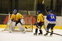 V sobotu od 18 hodin bude na Zimním stadionu v Písku sehrán šlágr krajské ligy hokejistů, ve kterém domácí tým IHC hostí Davis Servis. Snímek je ze zápasu Písek - Božetice.